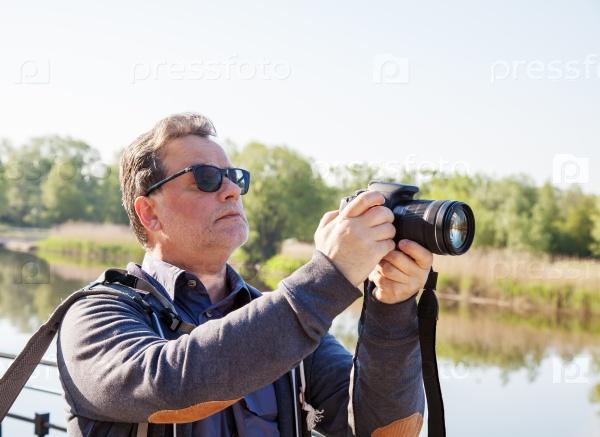 Пожилой мужчина-фотограф