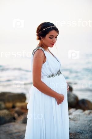 Беременная женщина на берегу моря