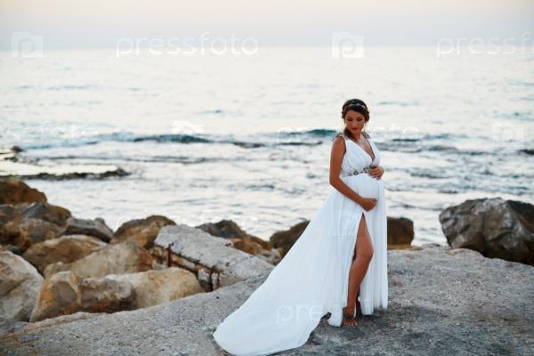 Красивая беременная женщинана пляже