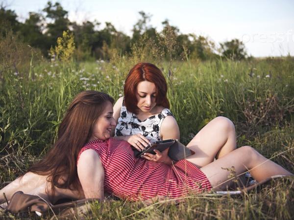 Две молодые девушки на лугу