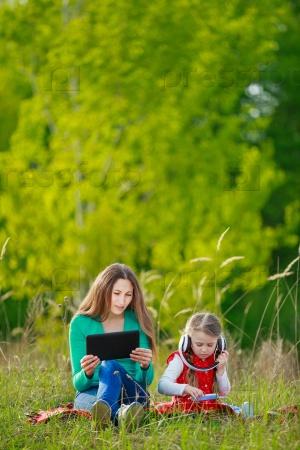 Мама и дочь в парке