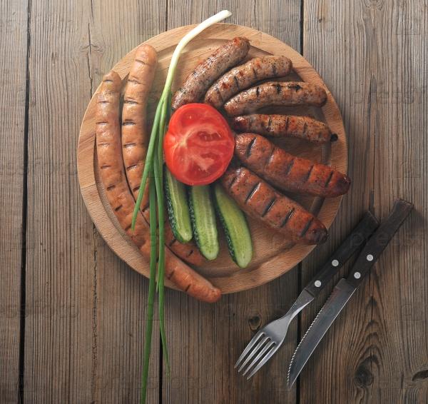 Жареные колбаски на гриле