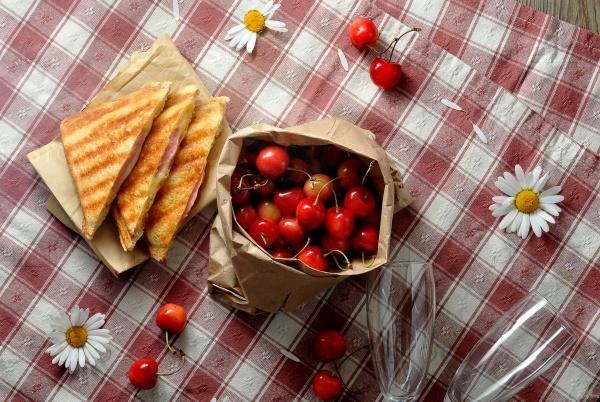 Бутерброды, вишни и ромашки