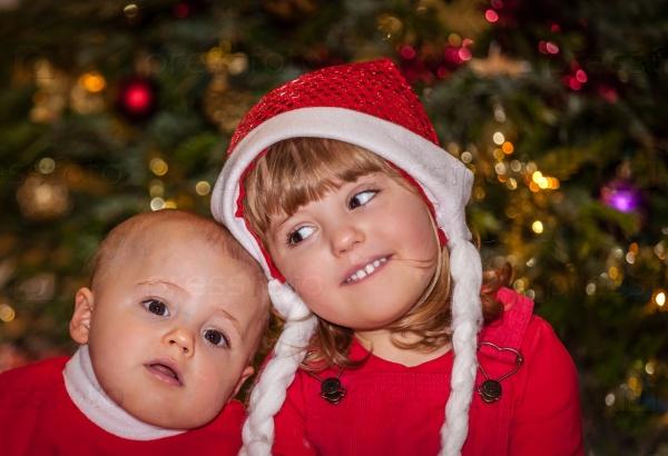 Брат и сестра под елкой