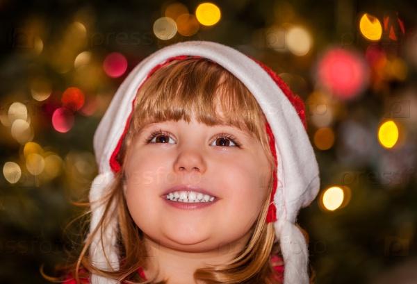 Счастливая девочка на Рождество