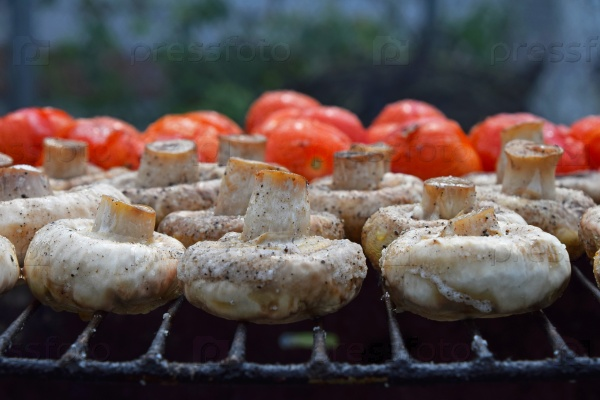 Грибы шампиньоны и помидоры на гриле