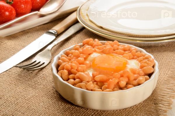 Запеченные бобы с жареным яйцом