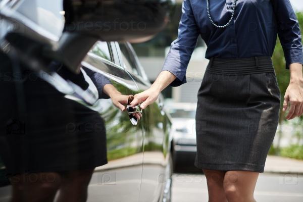 Женщина у автомобиля