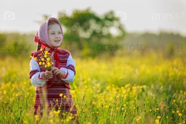 Маленькая девочка в национальном костюме