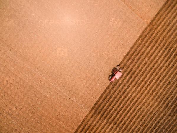 Аэрофотоснимок трактора на поле