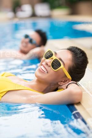 Солнечный день в бассейне