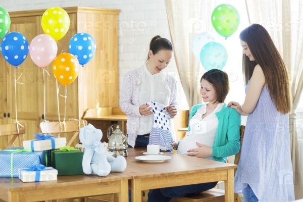 Беременная женщина с друзьями
