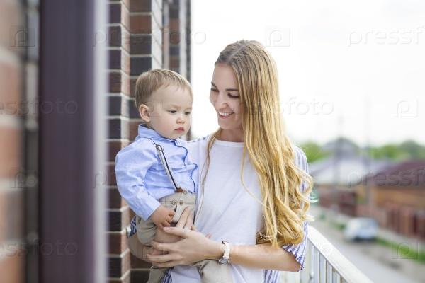 Счастливый молодая мать с сыном