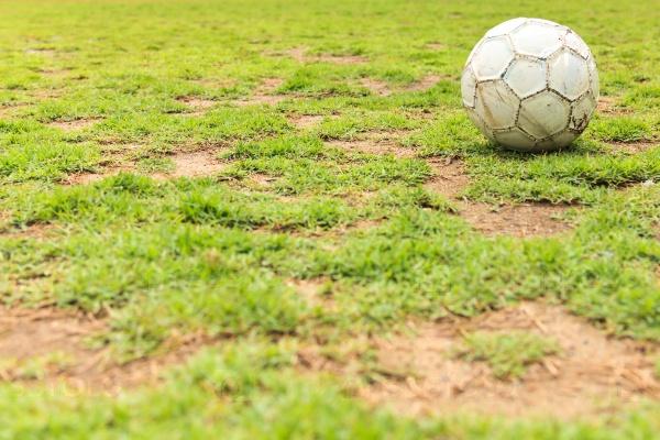 Старый белый футбольный мяч