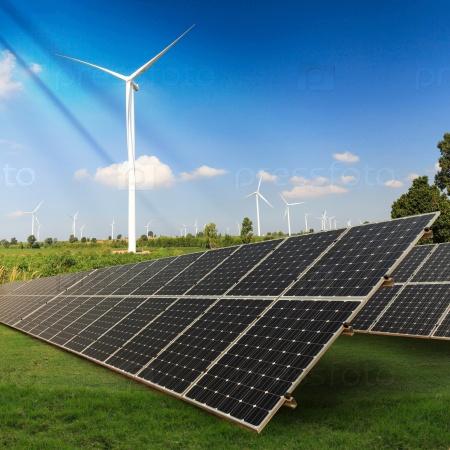 Панели солнечных батарей на зеленом поле