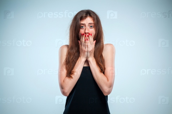 Портрет молодой шокированной женщины