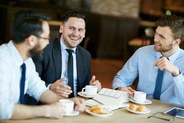 Обсуждение планов и идей в кафе