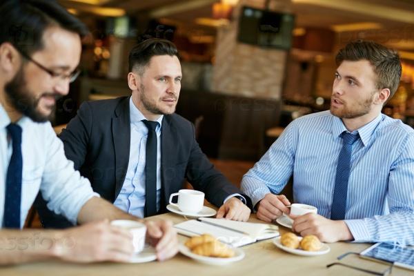Переговоры в кафе с чашечкой кофе