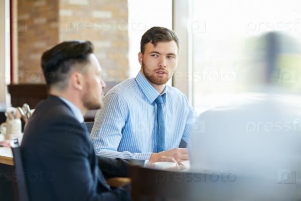 Обсуждение новых планов и перспектив в кафе