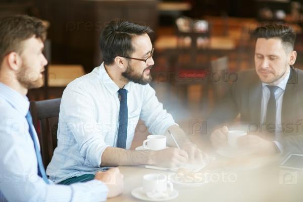 Мозговой штурм о новом проекте с партнерами в кафе