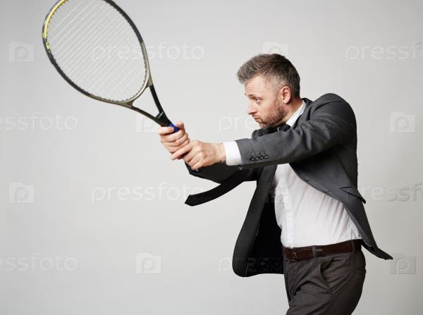 Бизнесмен, играя в теннис