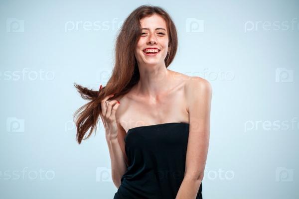 Портрет молодой веселой женщины