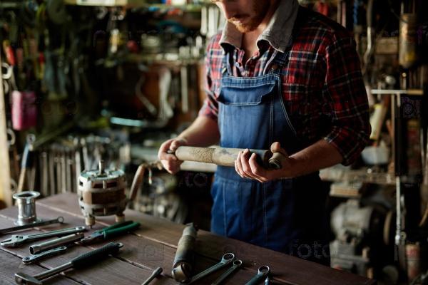 Ремонтник в мастерской