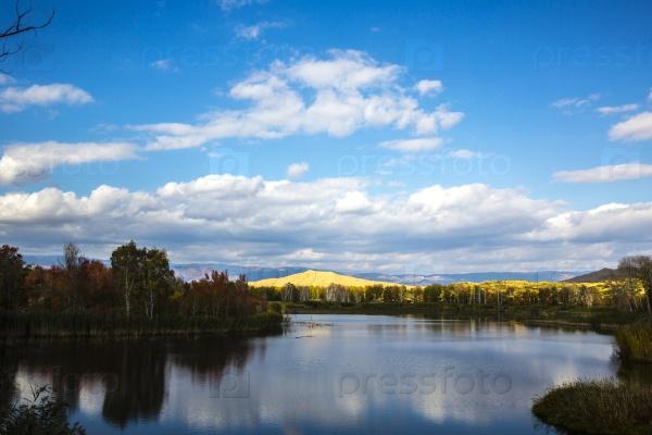 Осенний пейзаж с озером