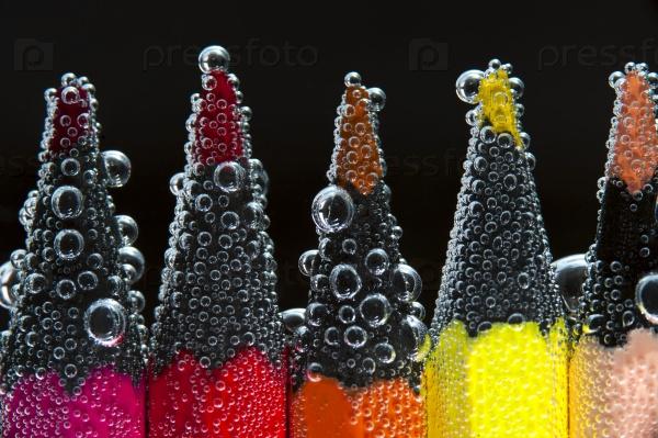 Цветные карандаши в воде