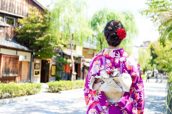Девушка в японском кимоно