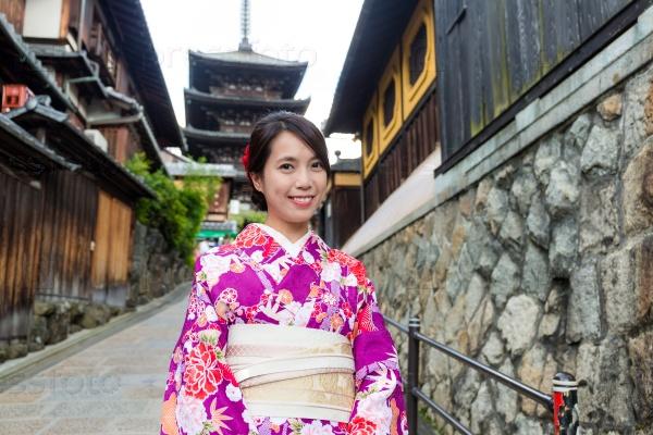 Молодая женщина в кимоно