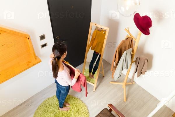 Девушка примеряет одежду