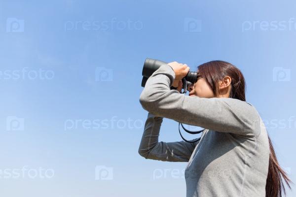 Девушка с биноклем