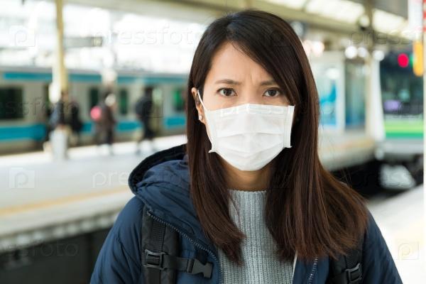 Заболевшая девушка в маске