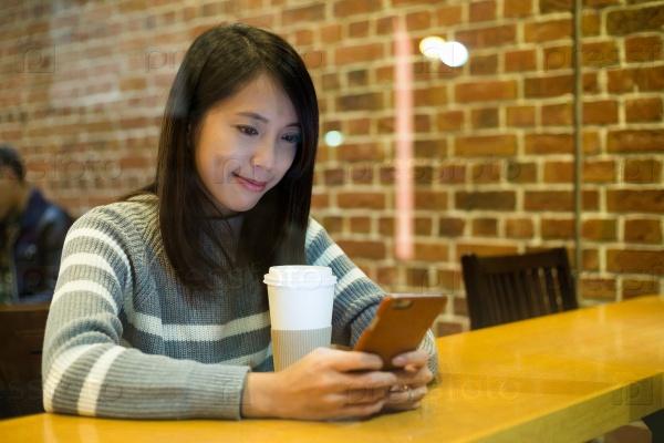 Девушка со смартфоном в кафе