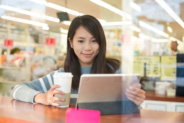 Девушка с планшетом в кафе