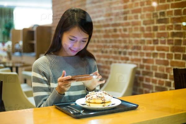 Девушка фотографирует еду