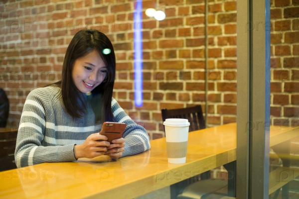 Девушка со смартфоном