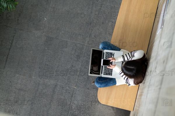 Девушка с ноутбуком и смартфоном