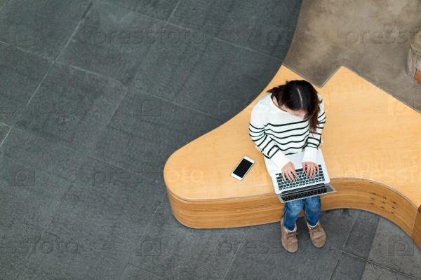 Девушка с ноутбуком