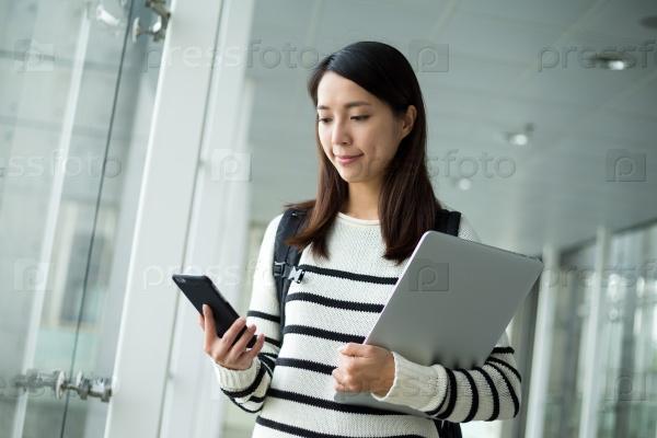Студентка с ноутбуком
