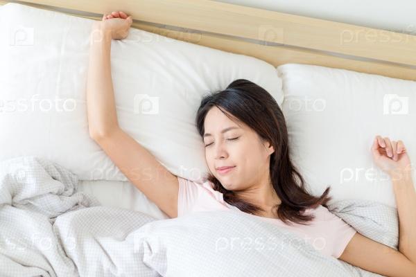 Проснувшаяся девушка