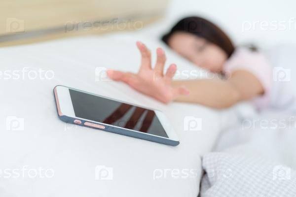 Девушка просыпается от будильника