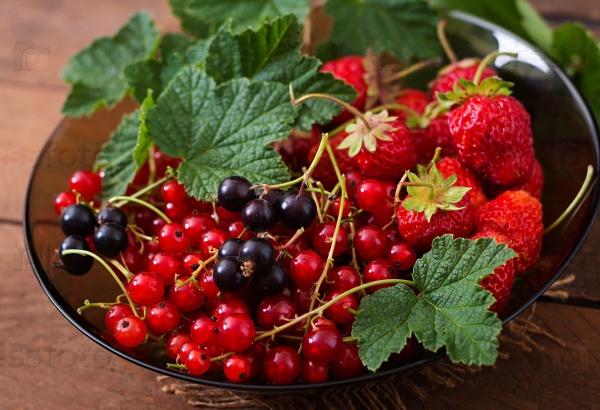 Тарелка свежих ягод