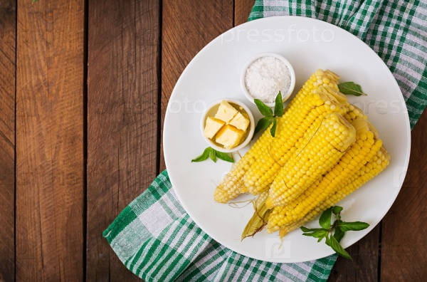 Вареная кукуруза с солью и маслом