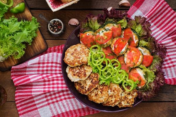 Жареные кабачки с помидорами и котлетками
