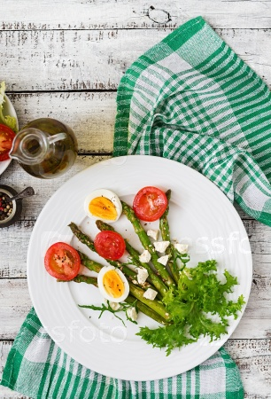 Теплый салат из жареной спаржи