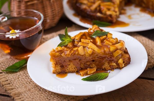 Яблочный пирог с карамельным соусом