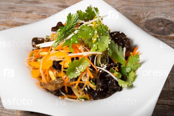 Азиатский салат с черной шиитаке