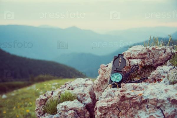 Туристический компас в горах